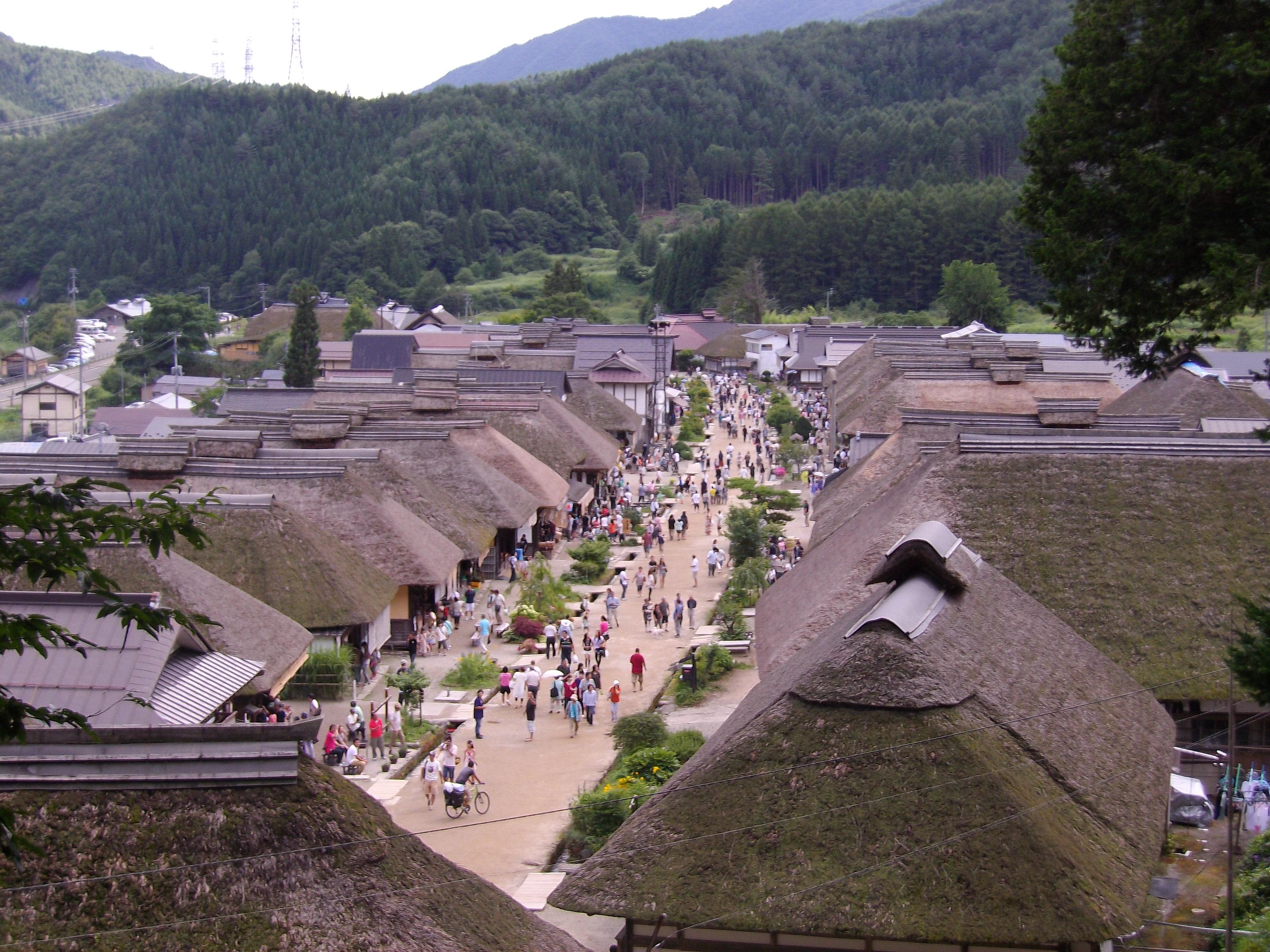 福島県の大内宿で昔話のような民家と絶品の高遠そばを堪能しよう。