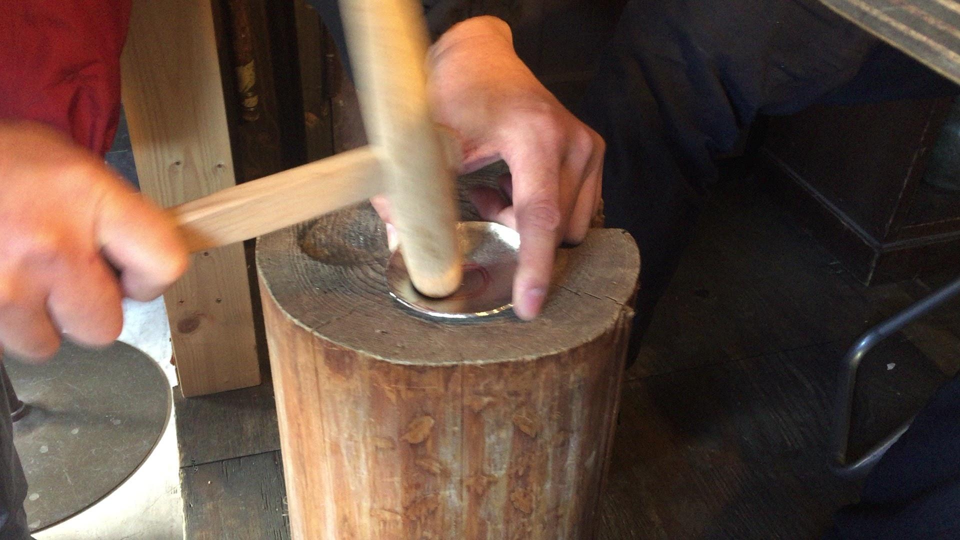 紙のように曲がる柔らかい金属。錫の豆皿とぐい呑づくりを体験!