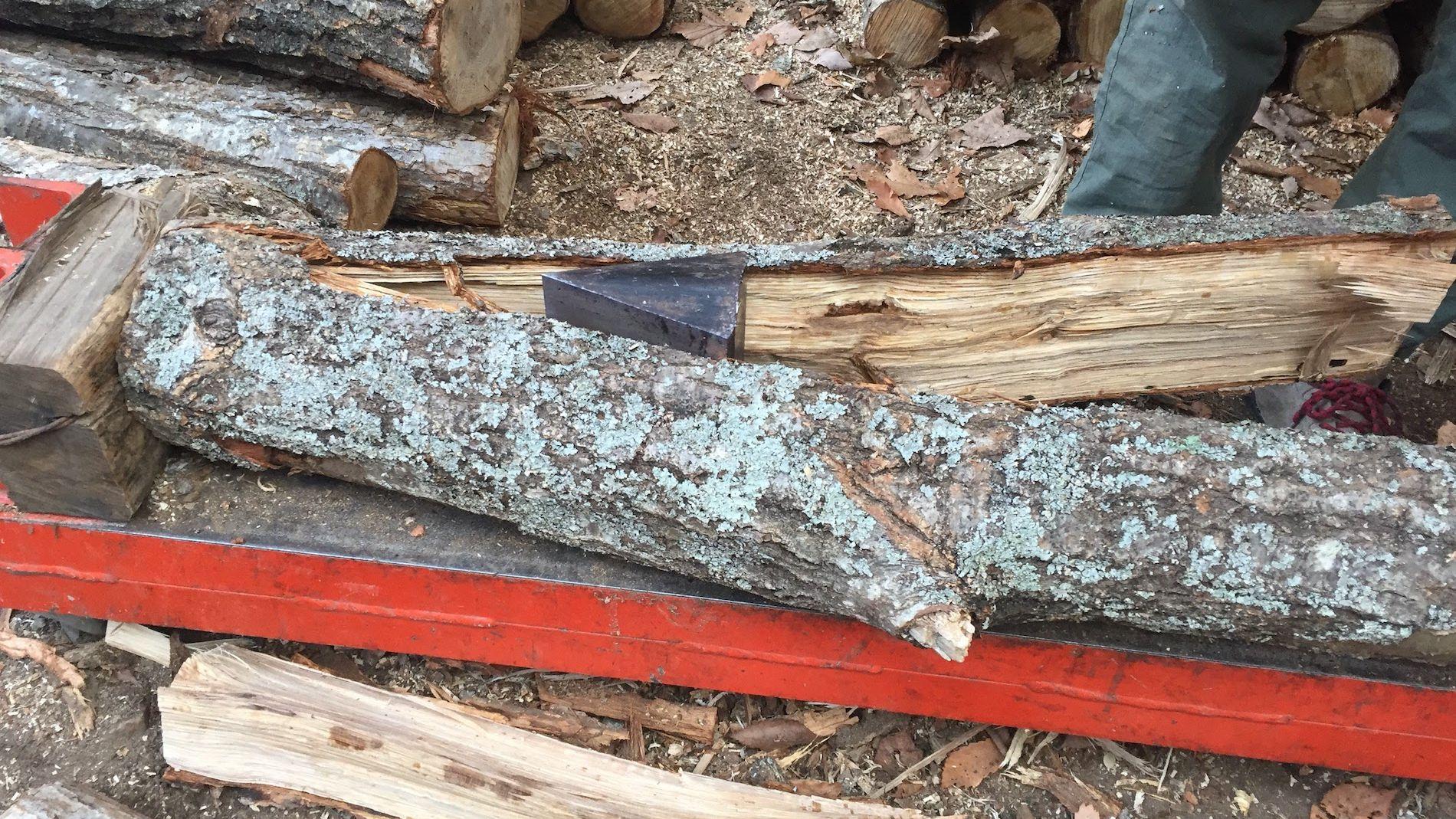 薪割りは重労働。楽しようと薪を薪割り機で割ってみた。