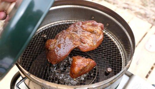 アウトドアで簡単燻製!豚のバラ肉バーコンの燻製レシピ。
